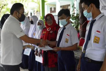 IKA SMPN 11 Padang Serahkan Bantuan untuk Adik Kelas