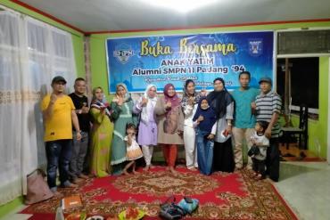 Alumni SMP 11 Padang Angkatan 94 Santuni Puluhan Anak Yatim